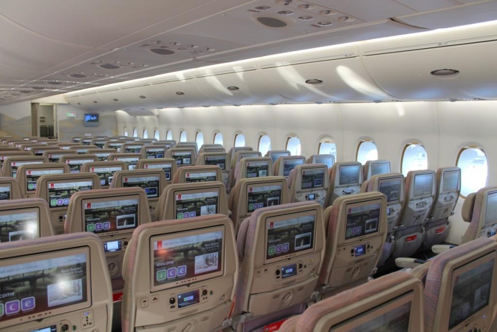 Denne nye A380 har større skærme end tidligere og et opgraderet ICE underholdningssystem med over 2.000 titler at vælge imellem.