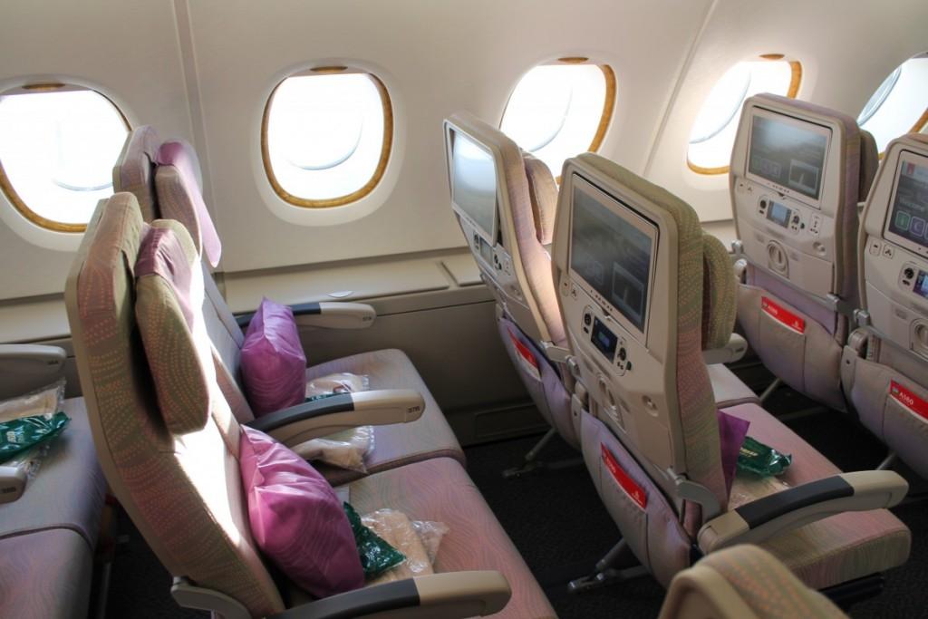 På øverste etage er der to sæder i hver side, hvor man får optimal siddekomfort of lidt ekstra albuerum og fralægningsplads. Absolut bedste økonomiklassesæder på dette fly.