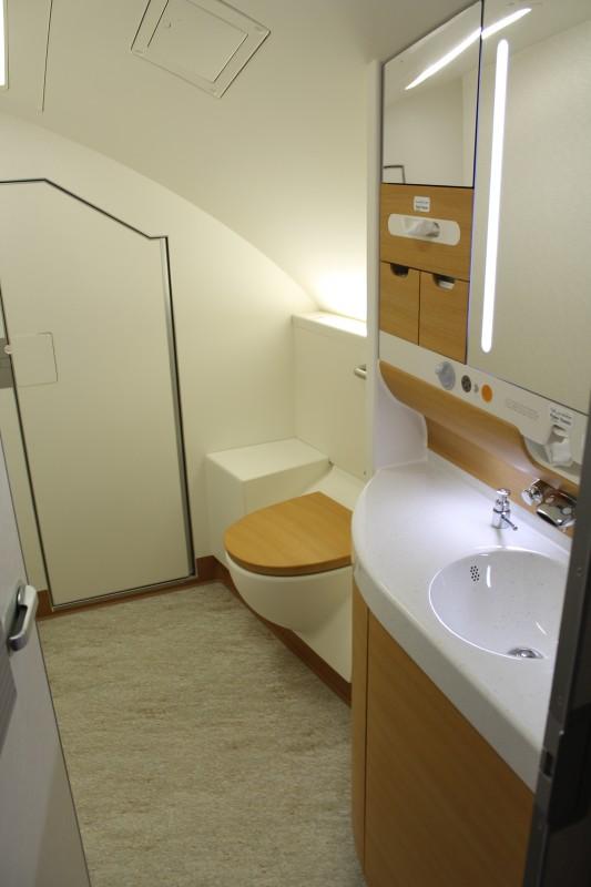 Toalettene på økonomiklasse øverst er mye større enn i resten av flyet. Dette skyldes at de opprinnelig er designet forFirst Class i denne delen av flyet.