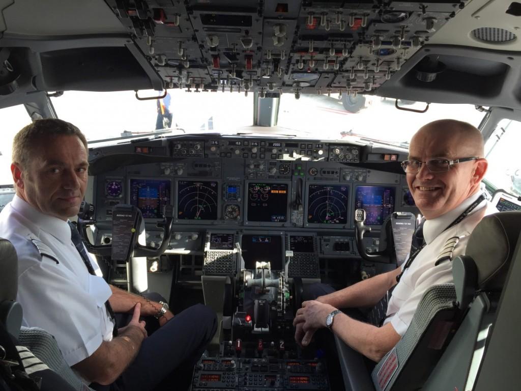 Norske piloter ombord på denne første flyvning. De ankom fra Norge igår - og skal være baseret på Martinique de næste fem måneder.