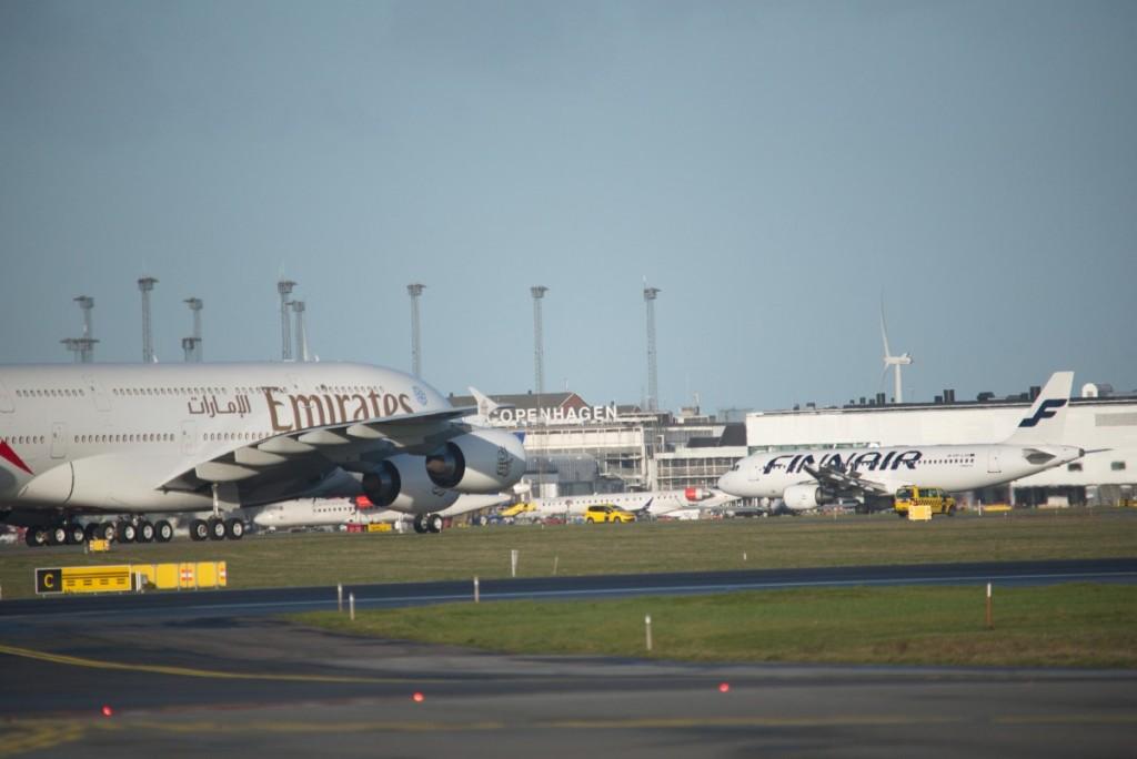 Her er flyet netop landet i København og på vej til gaten.