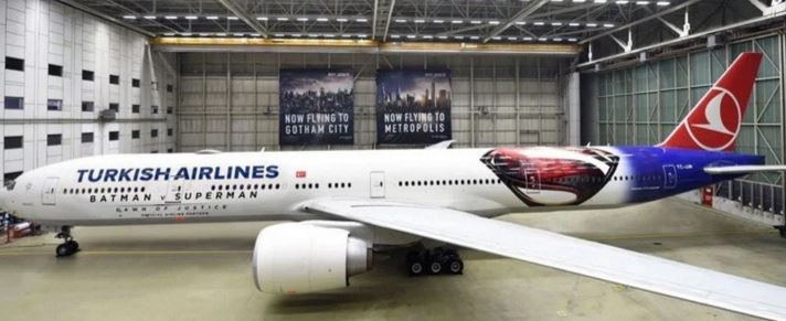 Et Turkish Airlines fly som har fået et nyt Batman vs. Super look