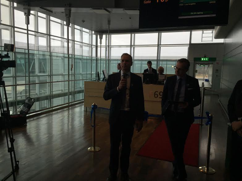 SAS-sjef Rickard Gustafsson holder tale ved åpningen av den nye ruten til Los Angeles.