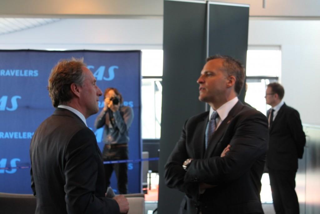 Den amerikanske ambassadør, Rufus Gifford og SAS-chef Lars Sandahl Sørensen får sig en snak inden talerne starter.