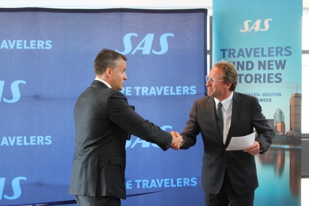 USA' ambassadør i Danmark, Rufus Gifford ønsker SAS-chef Lars Sandahl Sørensen tillykke med den nye rute mellem København og Boston