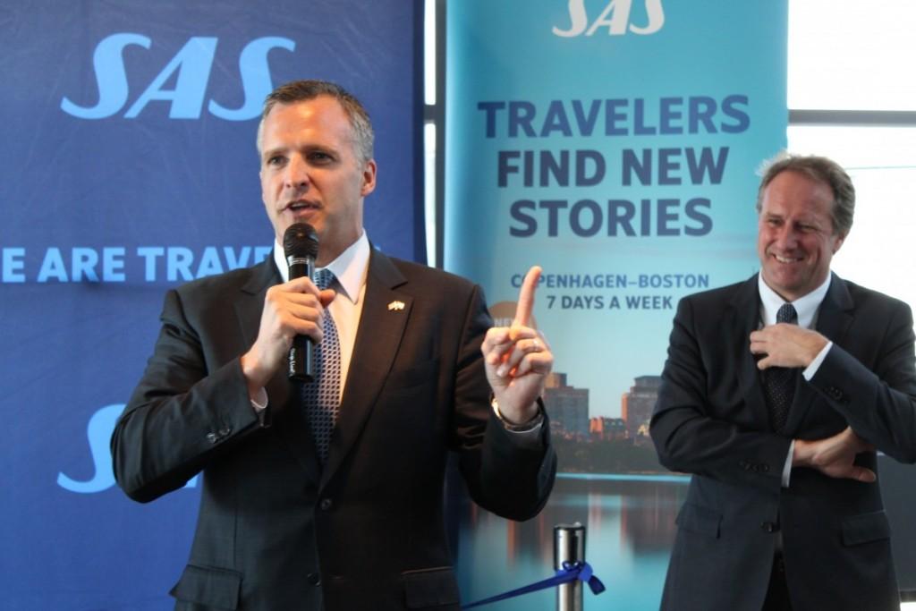 USA's ambassadør i Danmark, Rufus Gifford, holder tale i gaten og ønsker SAS og Danmark tillykke med den nye rute.