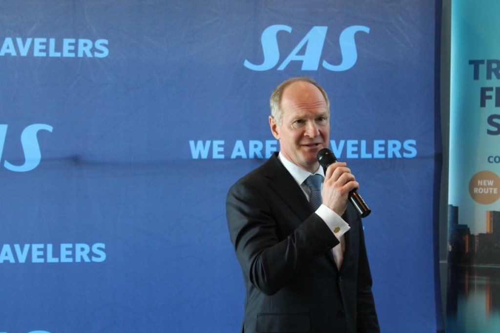 Direktør for Københavns Lufthavn Thomas Woldbye ønsker SAS tillykke med ruten.