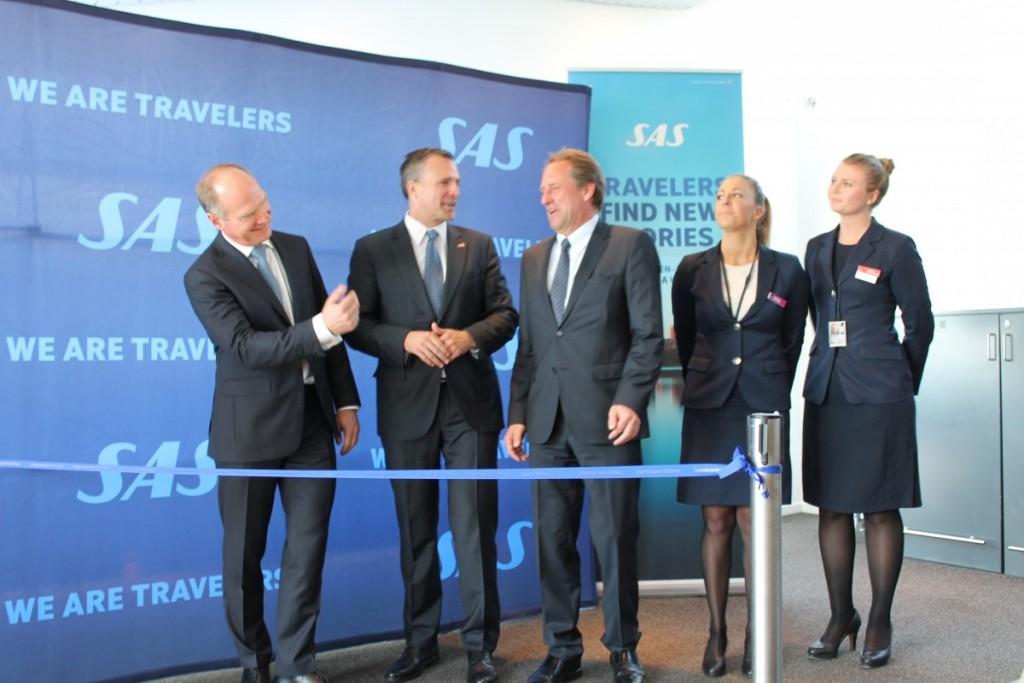 Thomas Woldbye (Københavns Lufthavne), Rufus Gifford (USA's ambassadør i Danmark) og Lars Sandahl Sørensen (SAS chef) gør sammen med to SAS besætningsmedlemmer klar til at klippe snoren for at indvie den nye rute.