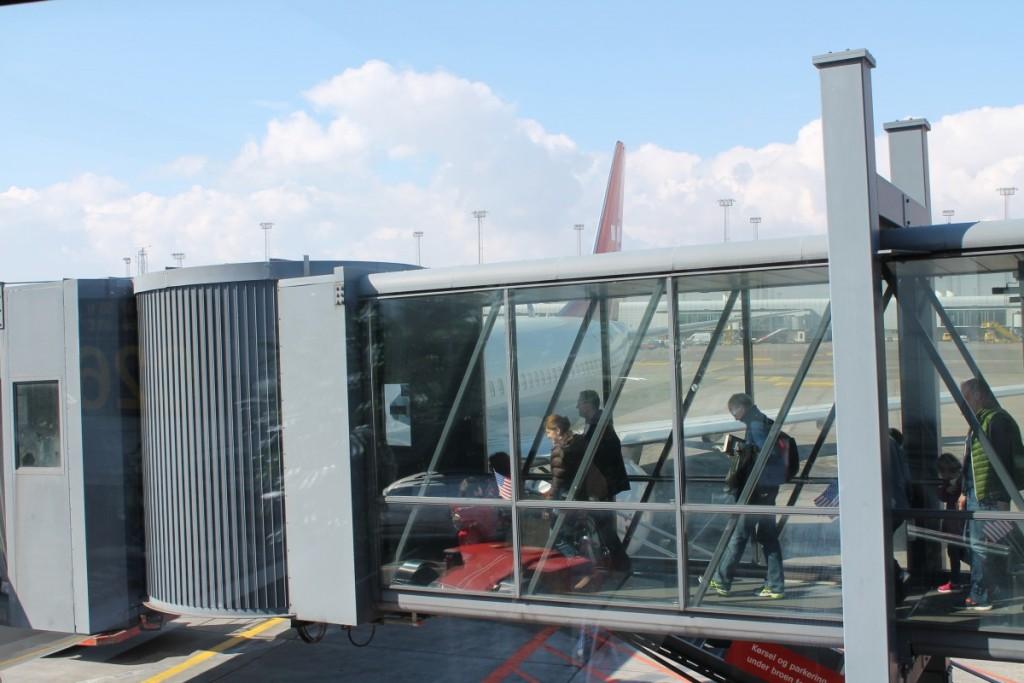 Passagererne går ombord til den første afgang til Boston
