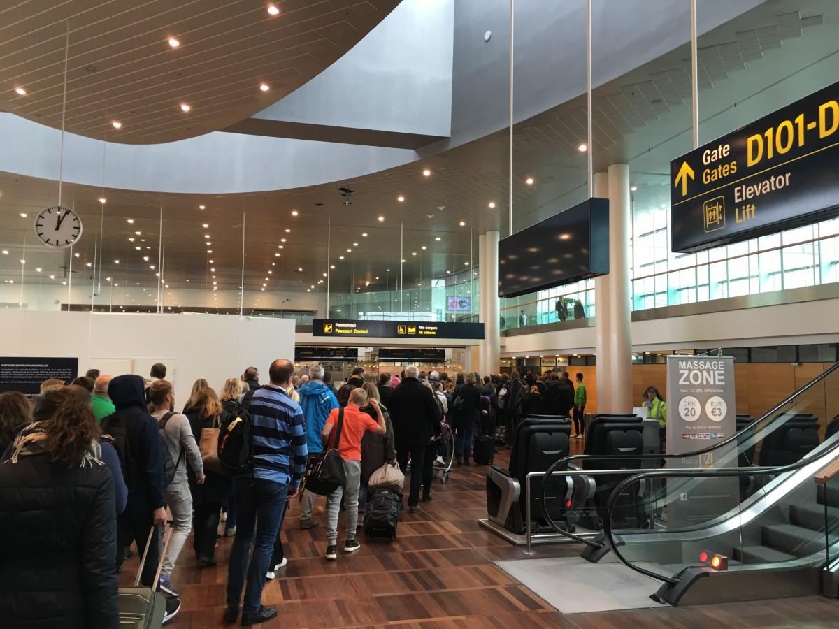 Dette billede ses desværre ofte i Københavns Lufthavn. De nye e-gates kan forhåbentlig medvirke til at dette ikke møder de rejsende i fremtiden.