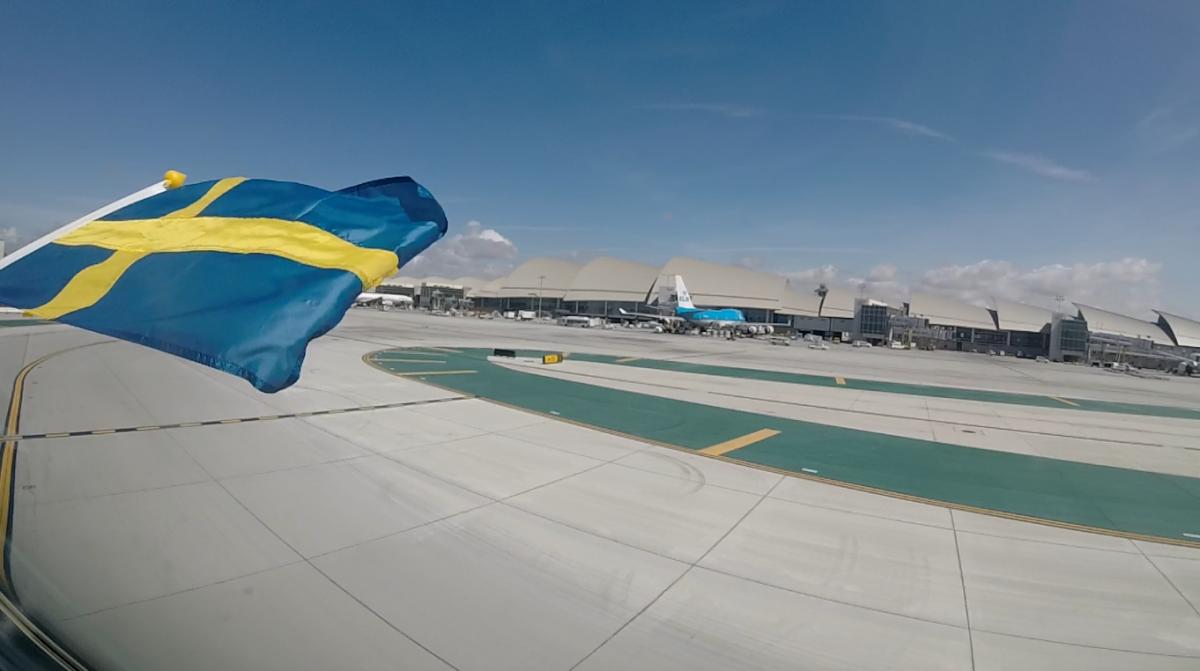 Cockpit flagede med det svenske flag efter landing for at fejre åbningen af den nye Los Angeles rute.