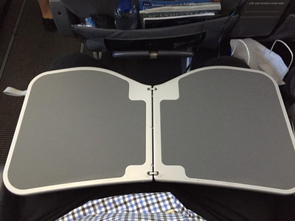 Bordet slåes op fra armlænet. Virker stabil og solidt, men er placeret ganske tæt på kroppen.