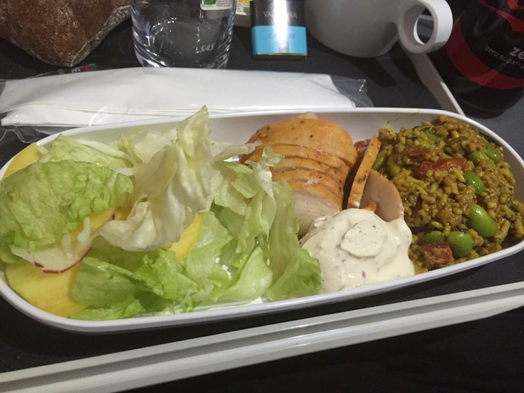 Koldt måltid med kylling og en slags risotto blev serveret kort før landing.