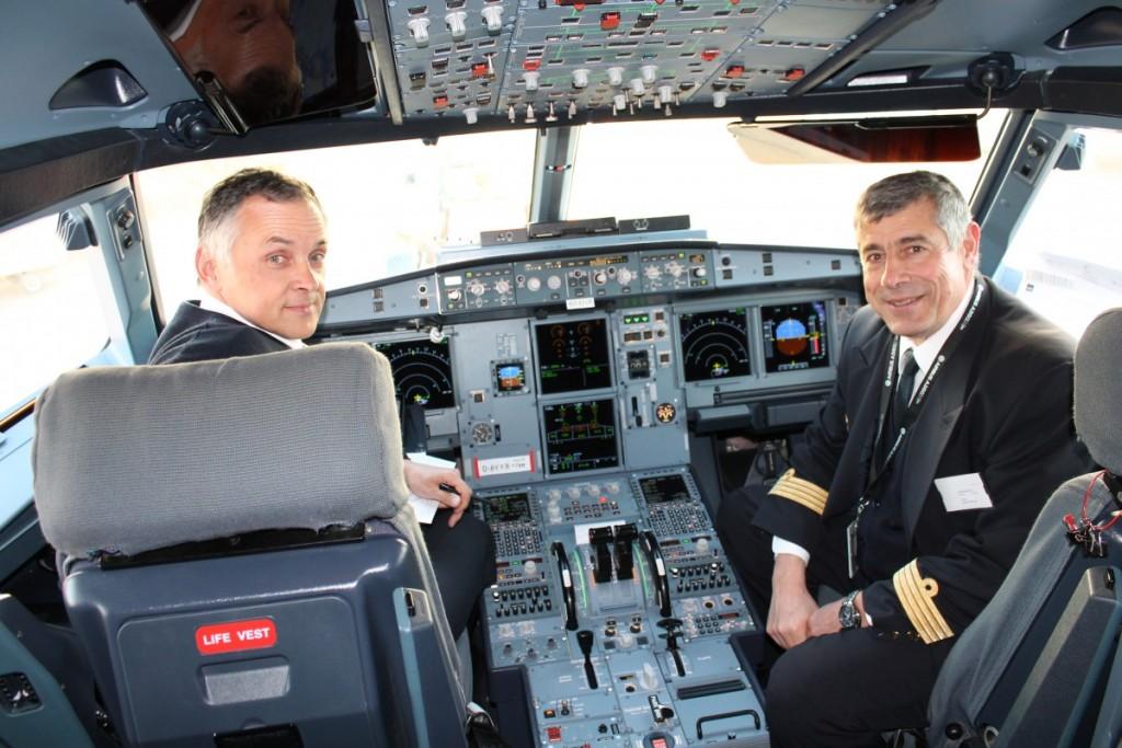 Testpiloterne fra Airbus i cockpit.