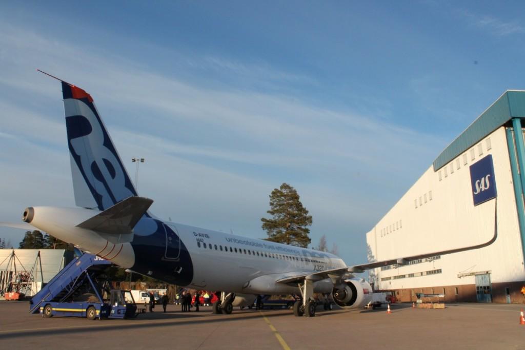 Airbus A320neo parkeret foran SAS hangaren i Stockholm