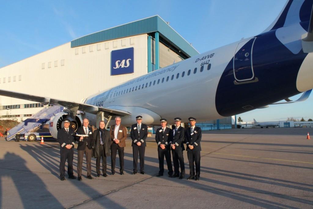 Repræsentanter fra SAS og Airbus foran Airbus A320neo