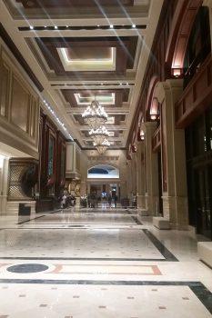 Lobbyen på Grand Hyatt. Stor, rungende og med masser af marmor.