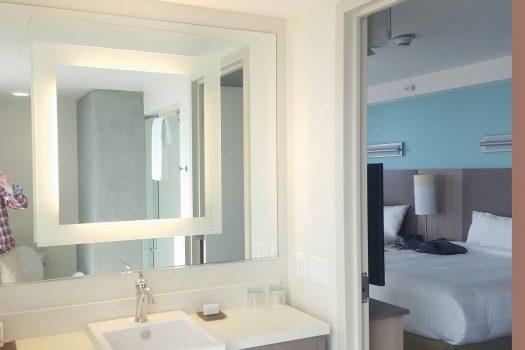 Badeværelset på Springhill Suites-værelset. Nyt, enkelt og elegant.