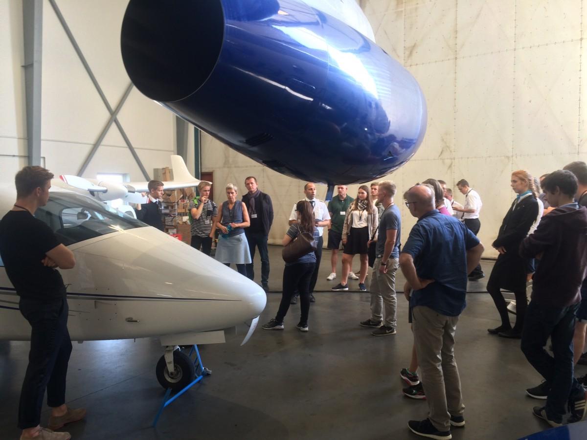 Rundvisning i Sun-Airs hangar til informationsmødet