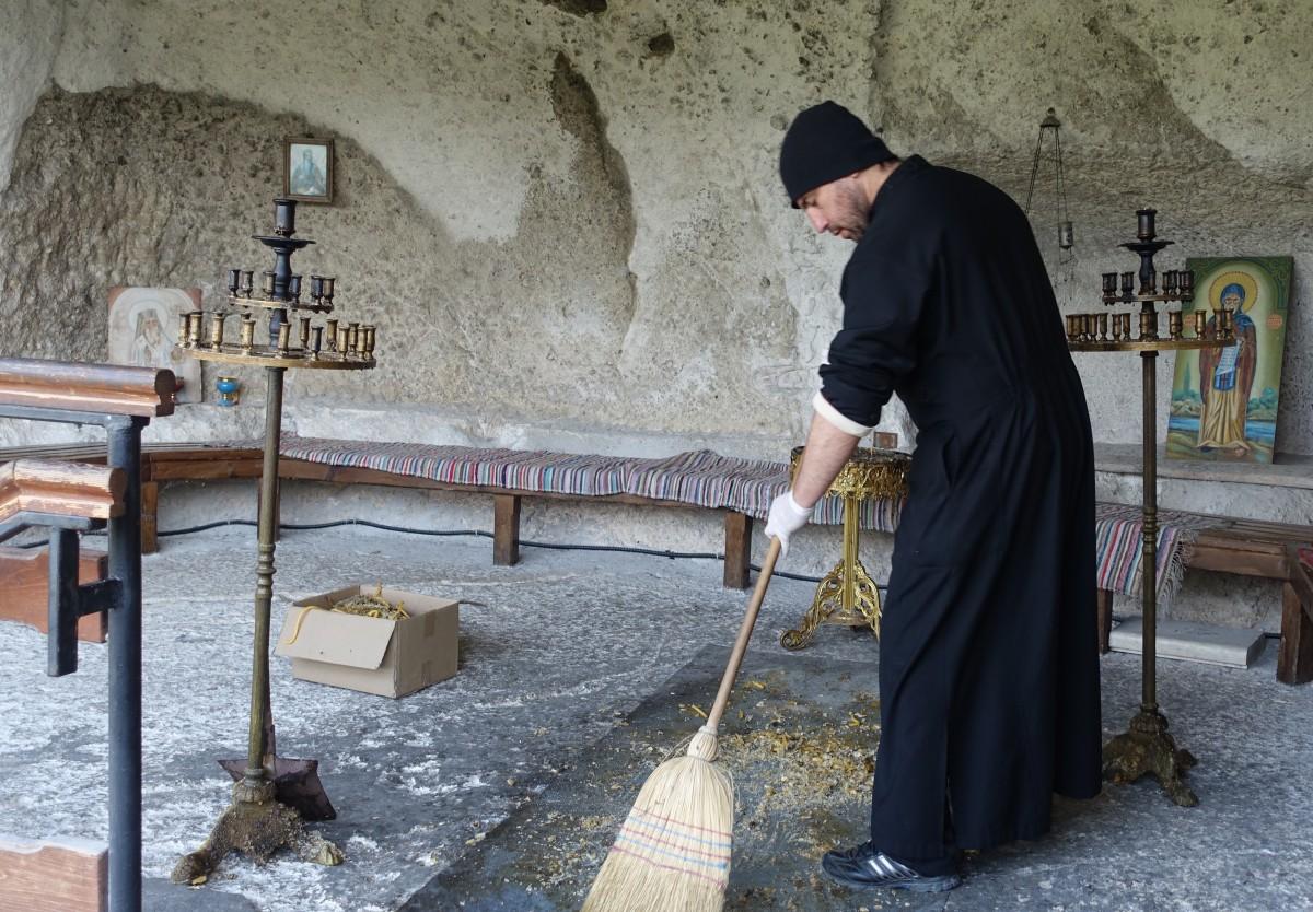 I fjeldkirken ved Basarbovo ryddes op efter gårsdagens messe