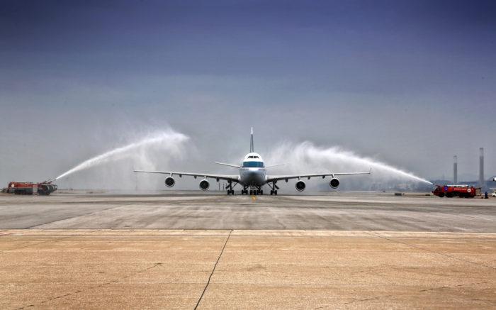 Sidste ankomst til Hong Kong lufthavnen for Cathay Pacific's Boeing 747 med en traditionel port lavet af brændvæsnets vandkanoner.