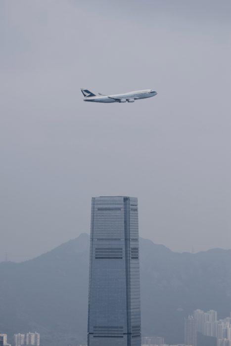 Sidste ankomst til Hong Kong lufthavnen for Cathay Pacific's Boeing 747, skete efter en rundflyvning over Hong Kong's Victoria Harbour.