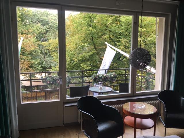 Et kig fra værelset ud på altanen. Det kan betale sig at betale lidt ekstra for et Deluxe-værelse.