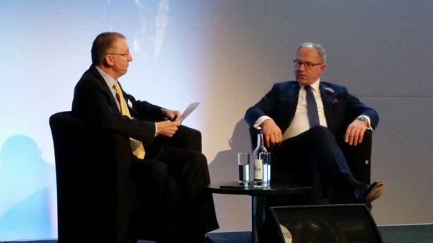 Journalisten John Strickland (til venstre) og CEO for Finnair Pekka Vauramo (til højre)