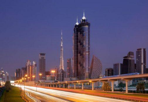 Hotellets imponerende to tårne, med Burj Khalifa i baggrunden (billede lånt på hotellets hjemmeside)