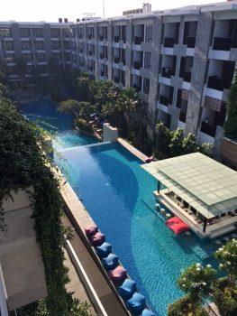 Det store poolområde set fra værelset