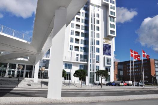 På Kalvebod Brygge ligger temahotellet Tivoli Hotel & Congress Center samt Copenhagen Island (Og lavprishotellet Wakeup).