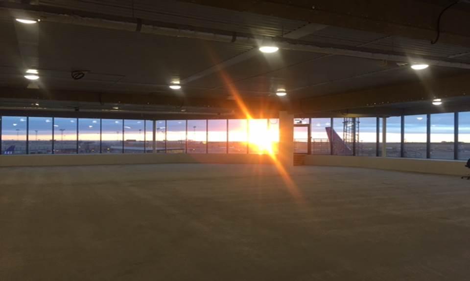 Her ses solnedgangen fra det område den nye Menzies Aviation Eventyr Lounge skal være.