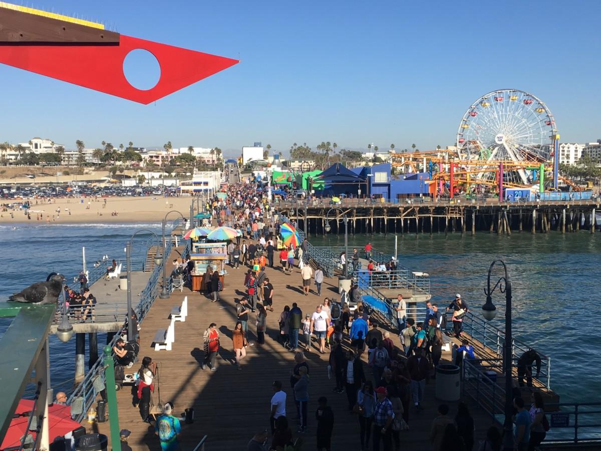 Et billede ud over Santa Monica Pier i Los Angeles.