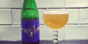 Den nyeste øl fra SAS og Mikkeller samarbejdet hedder Wing Pin Series og kommer snart ombord på langruterne. Den serveres i en grøn flaske på 375ml.