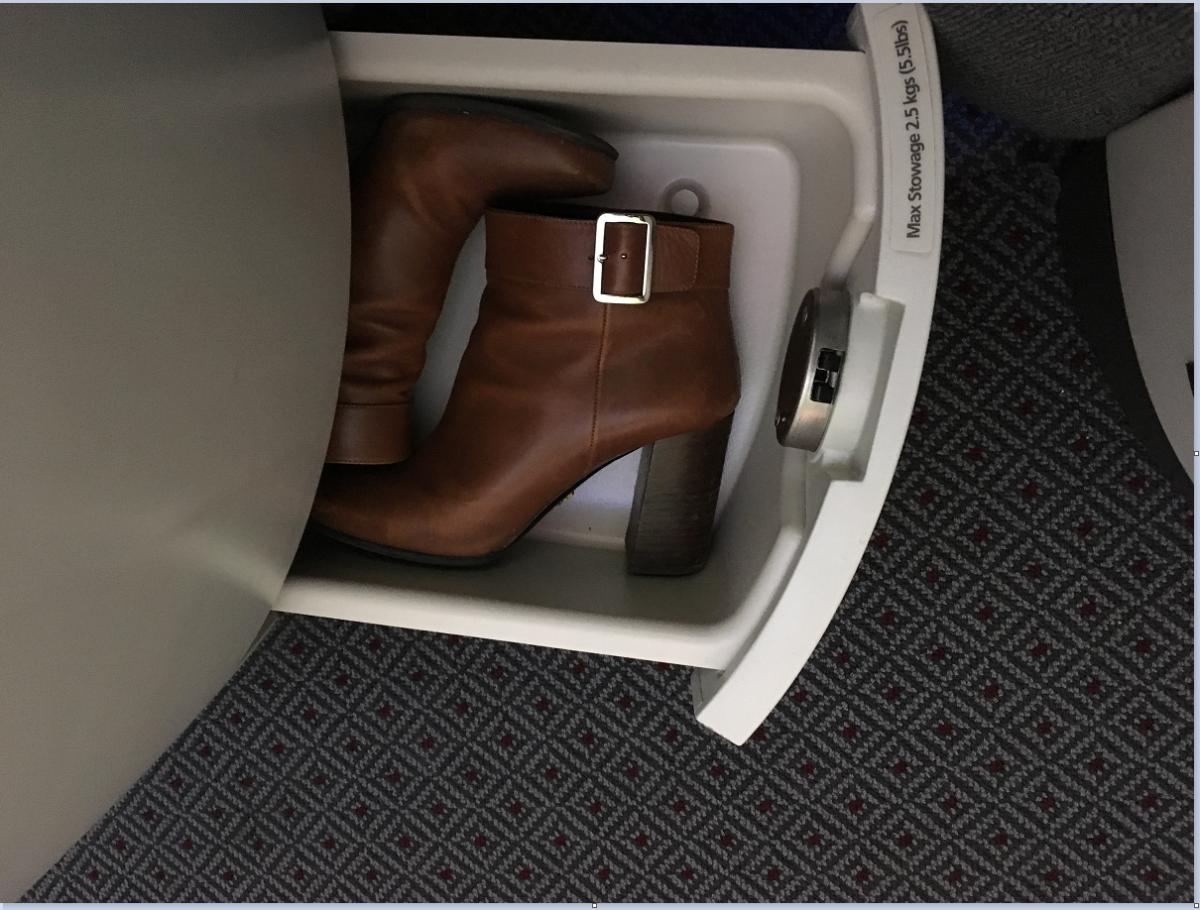 Der er også en fin lille skuffe til ens sko.