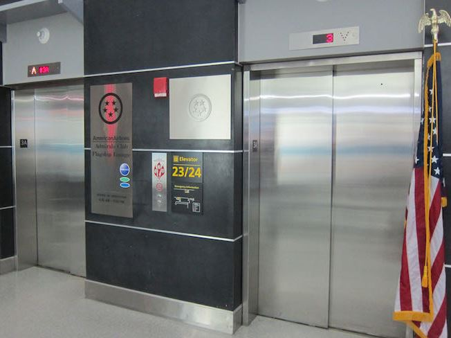 Elevator op til loungeindgangen.