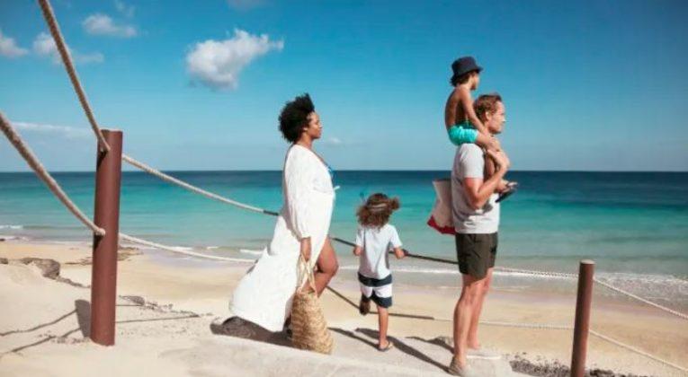 TUI - Familie på strand